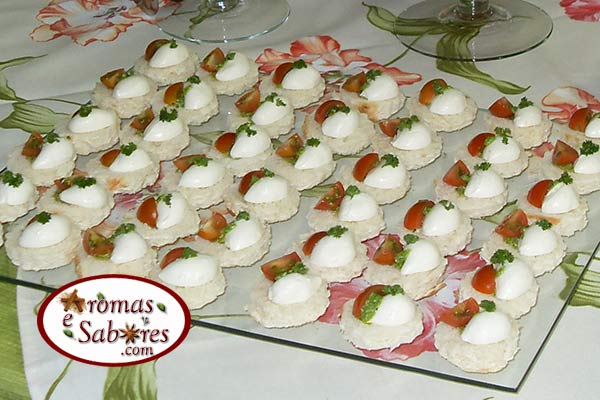 Receita de canap s caprese blog do buffet frios cia for Canapes simples e barato